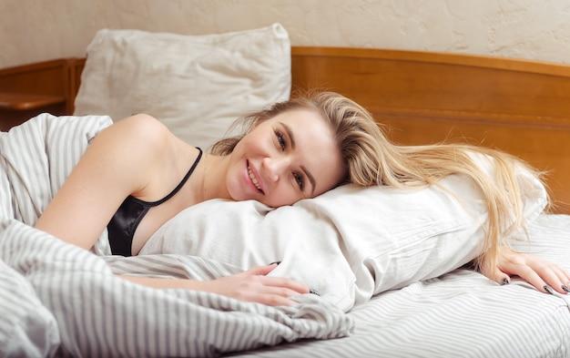1 귀여운 백인 여자가 침대에 누워 웃고