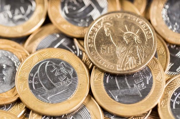 木製のテーブルの上のいくつかの1本のコインの真ん中に1ドル硬貨