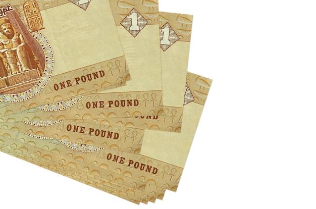 Банкноты 1 египетского фунта лежат в небольшой пачке или пачке, изолированной на белом