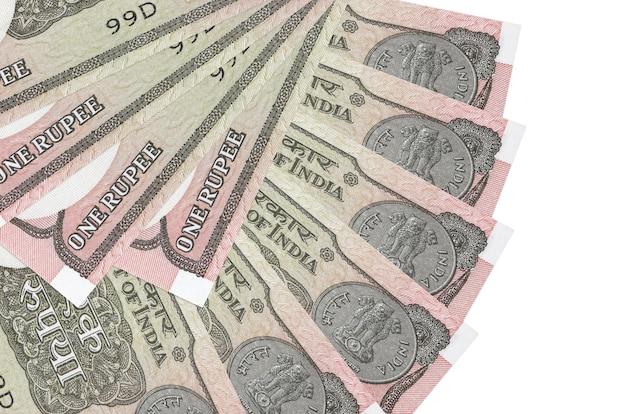 Банкноты 1 индийская рупия лежат на белом фоне с копией пространства, сложенными в форме веера, крупным планом