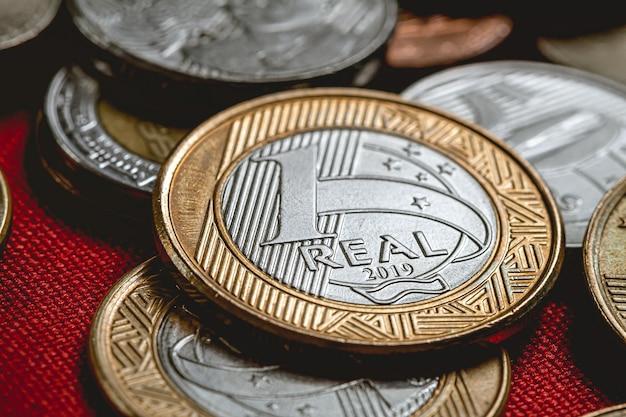 1クローズアップ写真の暗い環境での本物のブラジルのコイン