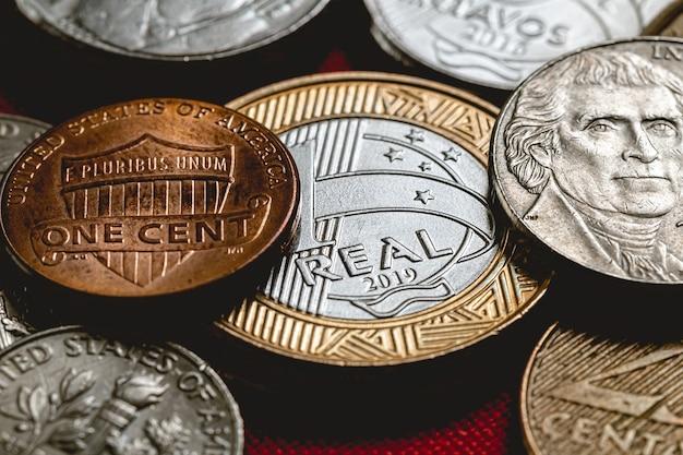 クローズアップ写真で米ドル硬貨と1レアルブラジル硬貨