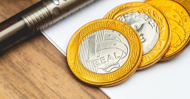 1お金を節約するコンセプトとブラジル経済のためのマクロ写真の本物のコイン