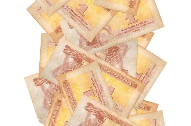 1白で隔離されて飛んでいるウクライナのクーポン紙幣。多くの紙幣が左右に白いコピースペースで落ちています