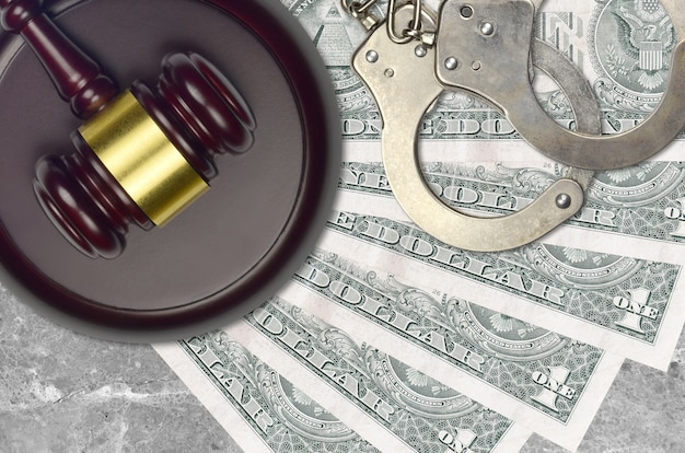 1米ドルの請求書と警察の手錠でハンマーを判断する