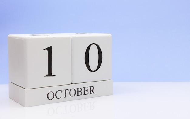10月10日月の10日目、白いテーブルに毎日のカレンダー