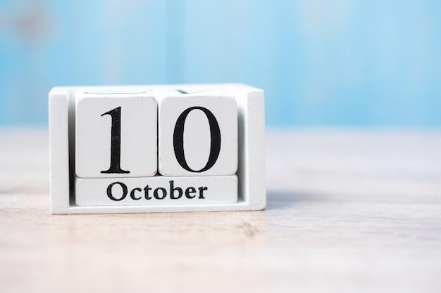 白いカレンダーの10月10日。世界精神保健デー