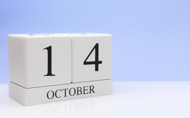 10月14日月14日、白いテーブルに毎日のカレンダー