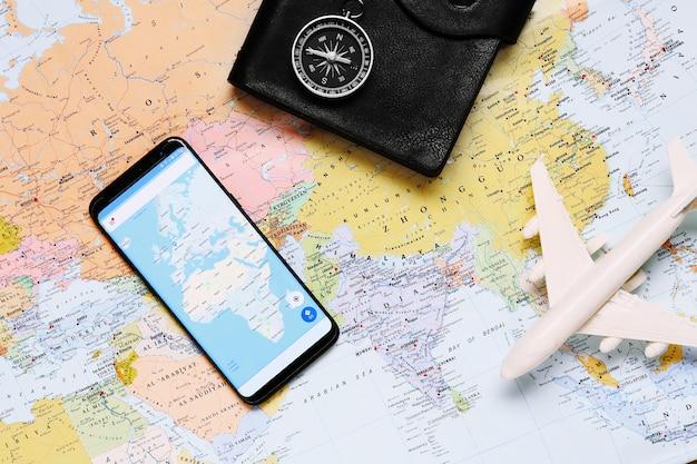 Россия, тюмень - 10 февраля 2018 года: компас на туристической карте. инструменты навигации для ориентации. концептуальный туризм.