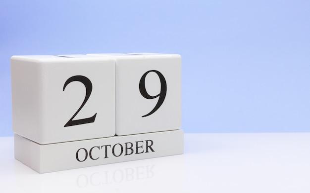 10月29日月29日、白いテーブルに毎日のカレンダー