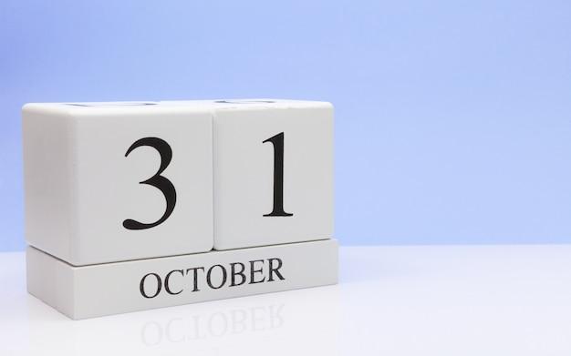 10月31日月31日、白いテーブルに毎日のカレンダー