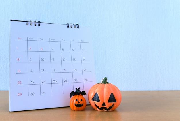 ハロウィーンが来ています。カレンダーの10月31日。トリックアンドトリートのコンセプト