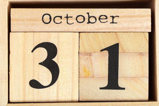 白の日付を持つ木製キューブ。 10月31日