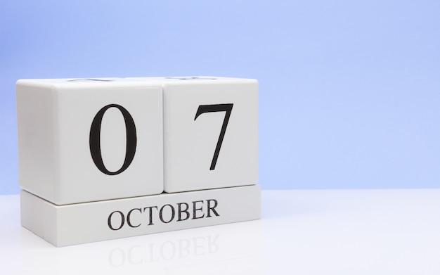 10月7日月の7日目、白いテーブルに毎日のカレンダー