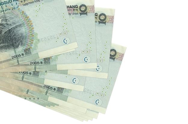 Купюры 10 китайских юаней лежат в небольшой пачке или упаковке, изолированной на белом. . концепция бизнеса и обмена валюты