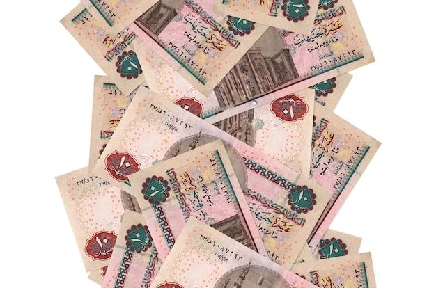 白で隔離されて飛んでいる10エジプトポンド紙幣。多くの紙幣が左右に白いコピースペースで落ちています