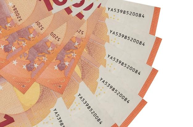 Купюры 10 евро лежат на белом фоне с копией пространства, сложенными в форме вентилятора, крупным планом