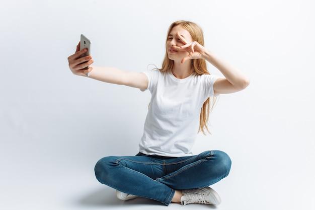 金髪の10代の女の子、selfieをやって
