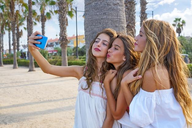 10代の親友の女の子グループ撮影selfie