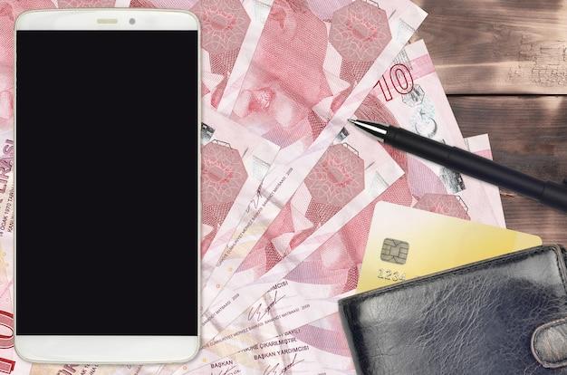 10トルコリラの請求書と財布とクレジットカード付きのスマートフォン