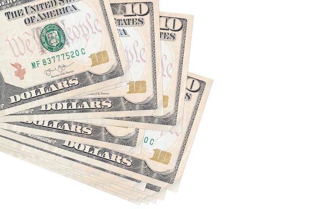 Купюры 10 долларов сша лежат в небольшой пачке или упаковке, изолированной на белом