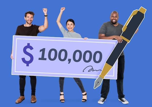 Люди держат чек на 100 000 долларов