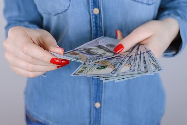 100 благотворительных пожертвований новый человек люди ссуды рынок битник сексуальные красные ногти концепция экономики. обрезанное крупным планом портретное фото счастливой возбужденной дамы, зарабатывающей много денег, изолированной на серо-сером фоне