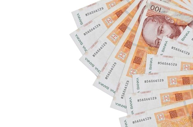 100 купюр хорватской куны лежит изолированной на белой стене с копией пространства. концептуальная стена богатой жизни. большое богатство национальной валюты