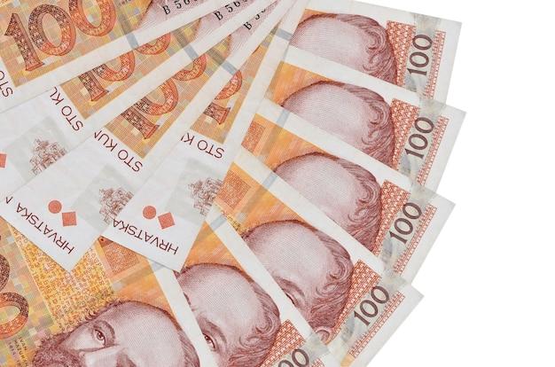 100 크로아티아 쿠나 지폐 팬 모양에 쌓인 복사 공간이 흰 벽에 고립 된 거짓말을 닫습니다. 금융 거래 개념