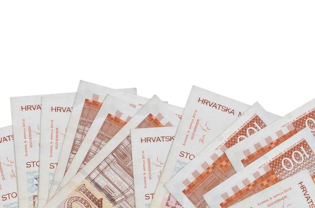 100 크로아티아 쿠나 지폐 복사 공간이 흰 벽에 고립 된 화면의 아래쪽에 놓여 있습니다.