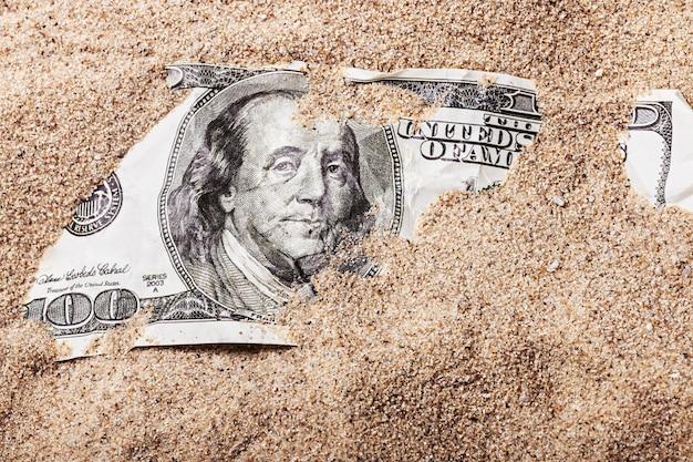 100 долларовую купюру похоронили в песке