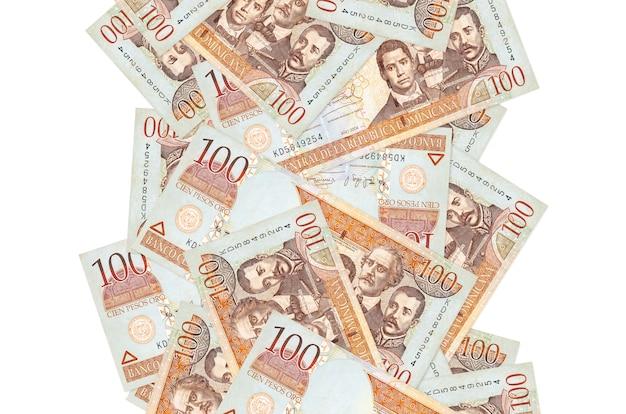白で隔離されて飛んでいる100ドミニカペソ紙幣