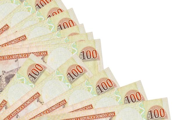 100ドミニカペソ紙幣はファンのクローズアップに積み重ねられて孤立して横たわっています。給料日の時間の概念または財務業務