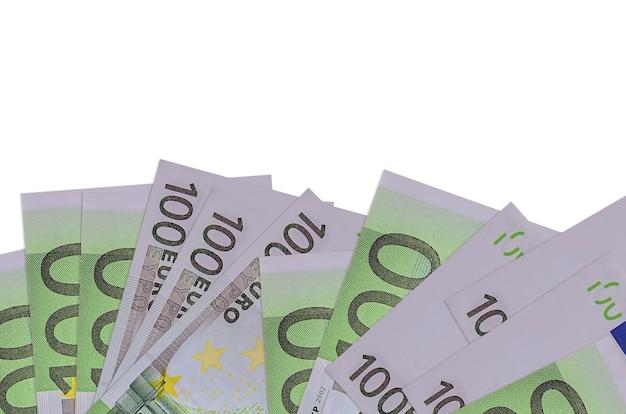 100 유로 지폐 복사 공간 흰 벽에 고립 된 화면의 아래쪽에 놓여 있습니다.