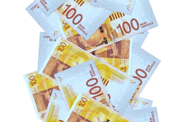 白で隔離されて飛んでいる100のイスラエルの新しいシェケル手形。多くの紙幣が左右に白いコピースペースで落ちています