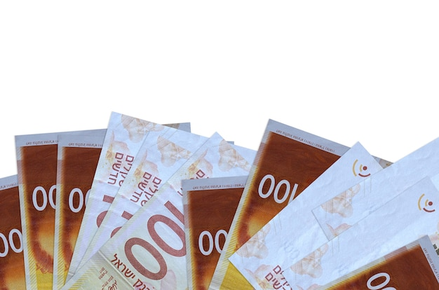 100 이스라엘 새 세겔 지폐 복사 공간이 흰 벽에 고립 된 화면의 아래쪽에 놓여 있습니다.
