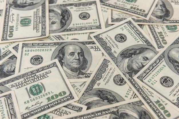デザインのシームレスなテクスチャと背景として100米ドル紙幣。富の節約の概念