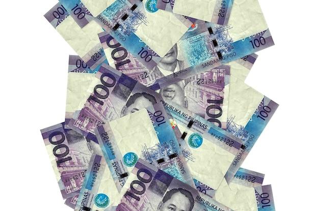 白で隔離されて飛んでいる100フィリピンペソ手形。多くの紙幣が左右に白いコピースペースで落ちています