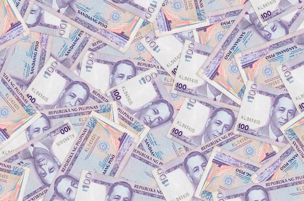 100フィリピンペソの請求書は大きな山にあります。巨額