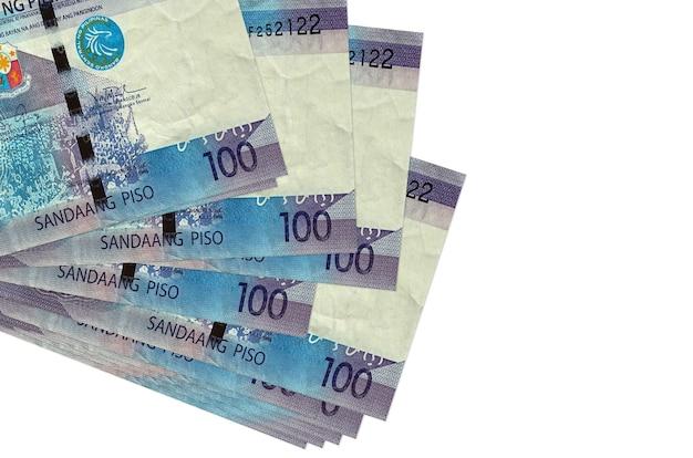100フィリピンペソの請求書は、白で隔離された小さな束またはパックにあります。 。ビジネスと外貨両替の概念