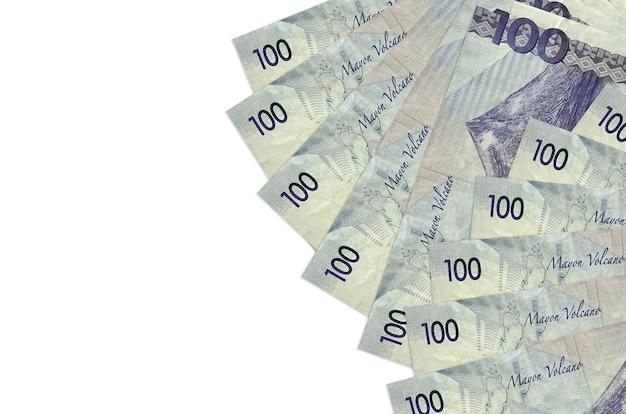 100フィリピンペソの請求書は、コピースペースのある白い壁に隔離されています。 。大量の自国通貨資産
