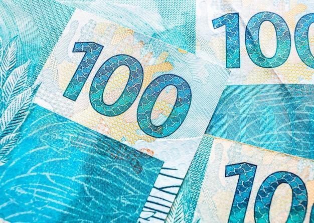 Банкноты 100 реалов бразильского реала в макросъемке с видом сверху