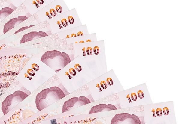100 태국 바트 지폐 팬에 쌓인 복사 공간 흰 벽에 고립 된 거짓말을 닫습니다. 급여일 시간 개념 또는 재무 운영