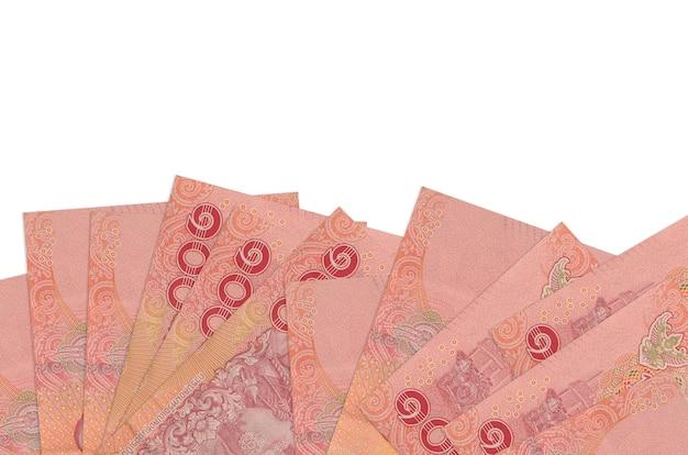 100 태국 바트 지폐 복사 공간 흰 벽에 고립 된 화면의 아래쪽에 놓여 있습니다.