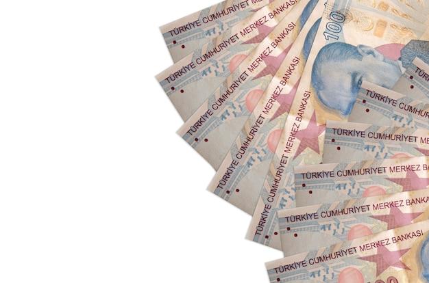 Купюры 100 турецких лир лежат на белом фоне с копией пространства