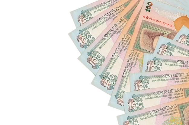 100のウクライナグリブナ手形はコピースペースのある白い壁に隔離されています。大量の自国通貨資産