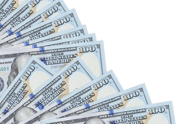 Банкноты 100 долларов сша лежат изолированы на белой стене с копией пространства, сложенными в веер крупным планом. понятие времени выплаты жалованья или финансовые операции