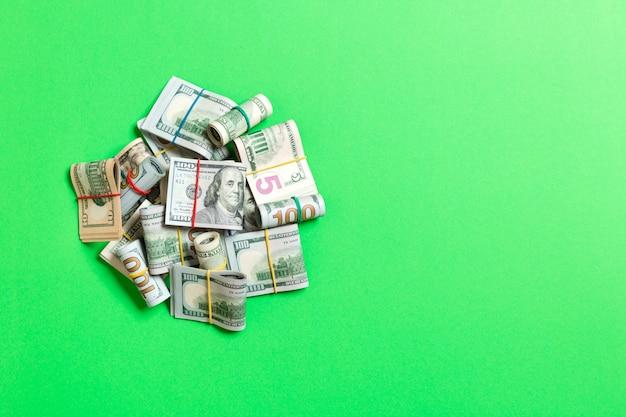 100ドル札の多くのスタック。コピースペースで色付きの背景トップwievに分離