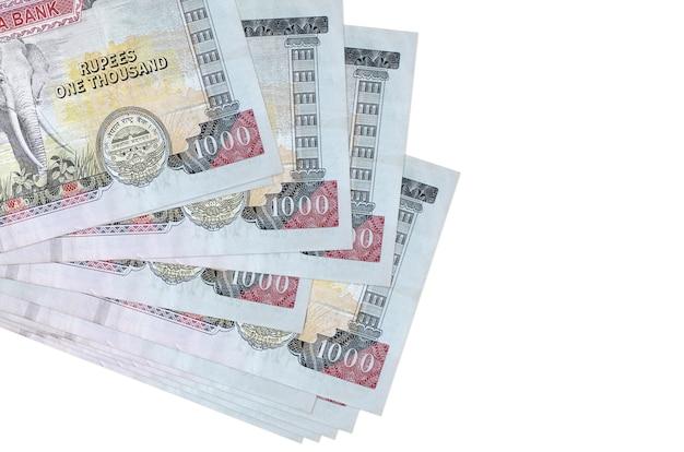 1000ネパールルピーの請求書は、白で隔離された小さな束またはパックにあります。 。ビジネスと外貨両替の概念