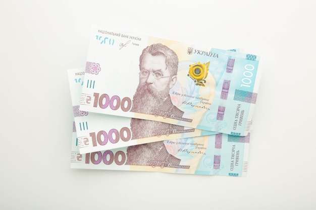 1000 новых банкнот украины на белой поверхности